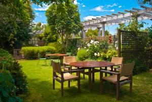 Столики в саду 400х270 см